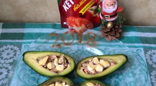 Авокадо с куриной грудкой, кетчупом и камамбером, пошаговый рецепт с фото