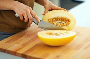 Дыня помогает переваривать тяжелую и жирную пищу