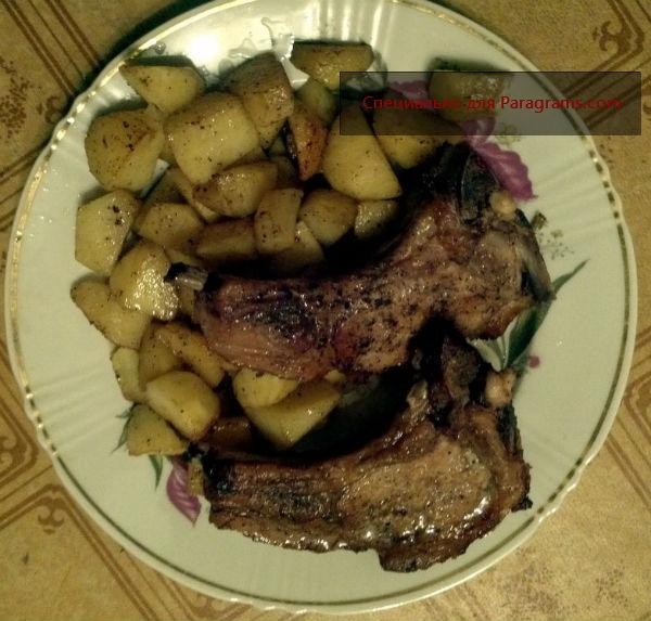 Запеченная свинина на кости с картофелем в духовке