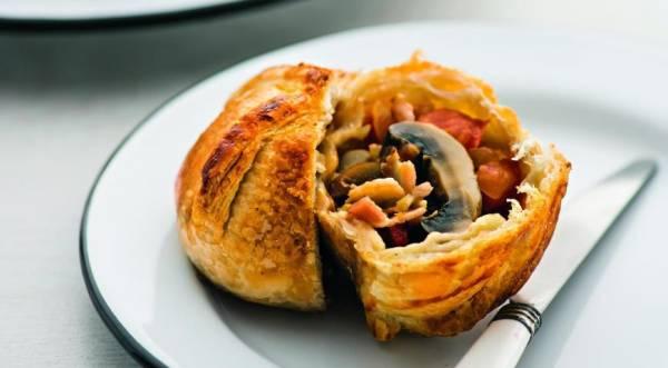 Грибы-пирожки, шампиньоны в слоеном тесте, пошаговый рецепт с фото