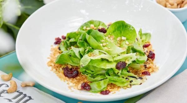 Зеленый салат с ореховым маслом и мюсли, пошаговый рецепт с фото