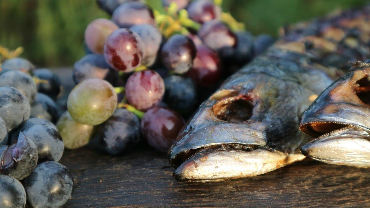 Скумбрия на гриле фаршированная виноградом