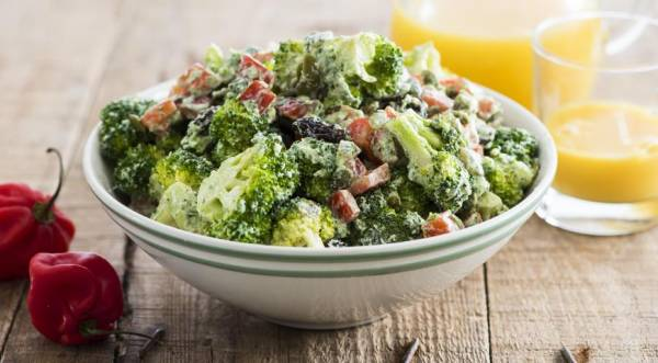 Салат из брокколи с перцем итворожным кремом, пошаговый рецепт с фото