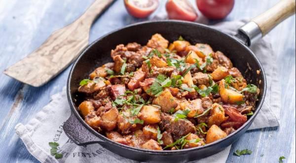 Жаркое из свинины с картофелем и томатным соусом, пошаговый рецепт с фото
