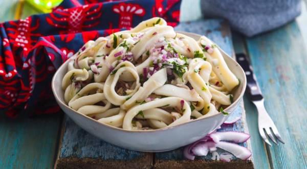 Салат из кальмаров с крымским луком, пошаговый рецепт с фото