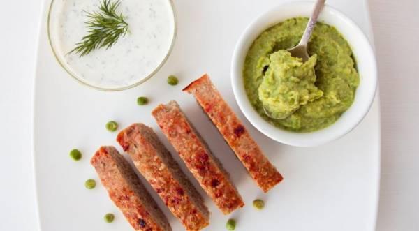Мясной хлеб с йогуртовым соусом и гарниром из зеленого горошка, пошаговый рецепт с фото