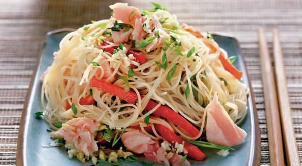 Салат с тунцом и рисовой лапшой, пошаговый рецепт с фото
