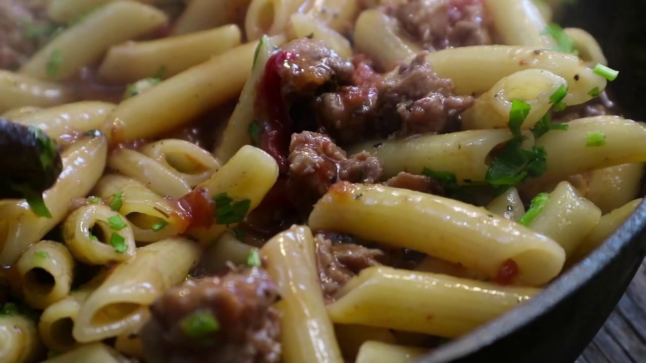 Макароны пенне с колбасками и томатами
