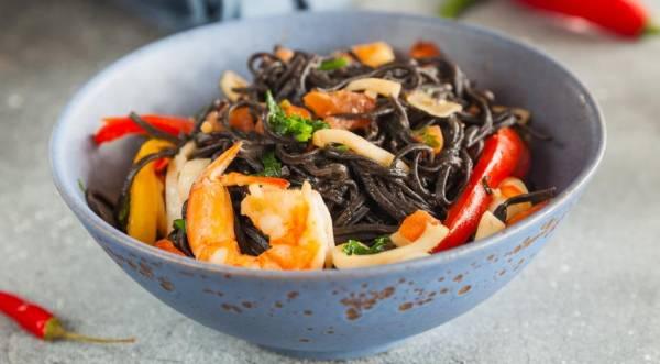Черные лингвини с морепродуктами, пошаговый рецепт с фото