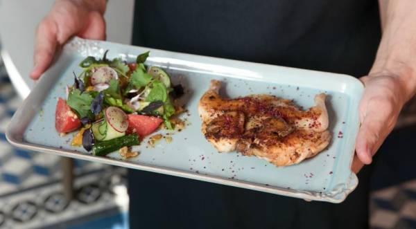 Цыпленок в аджике с салатом из овощей и с грецким орехом, пошаговый рецепт с фото