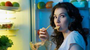 Названы главные причины опасности ночных перекусов
