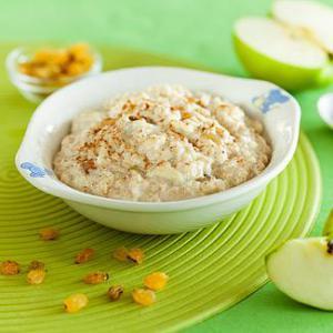 Завтрак красоты: овсянка с яблоком и изюмом