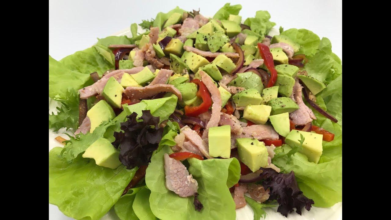 Салат с беконом, перцем и авокадо