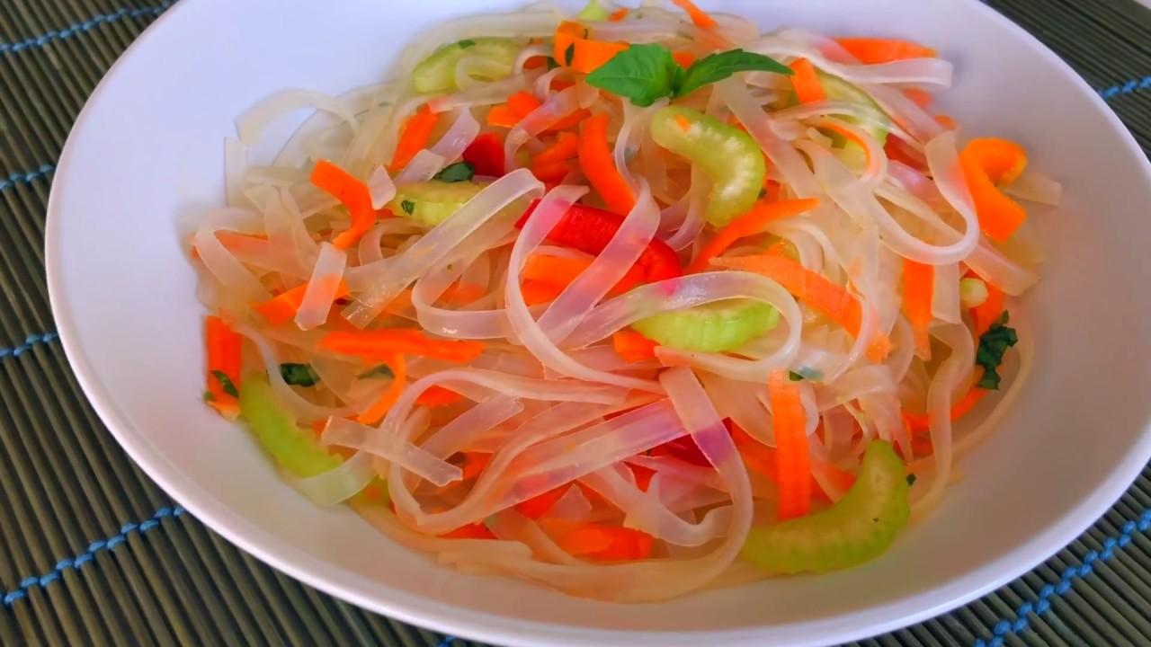 Салат с фунчозой и овощами