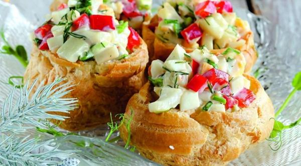 Салат из кальмаров взаварных булочках