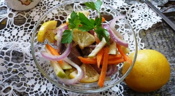 Салат с селедкой, лимоном и яблоком
