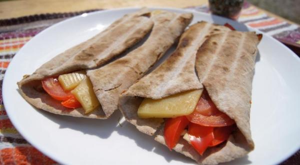 Веганские/вегетарианские чапати с сыром и овощами на костре