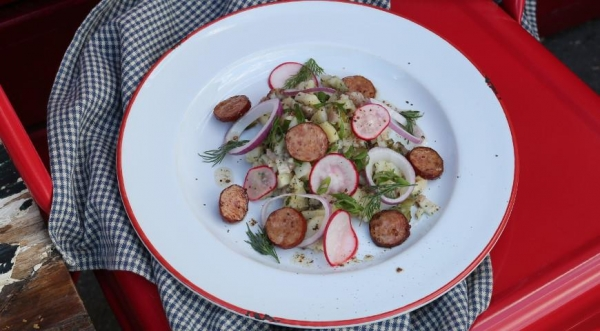 Картофельный салат с колбасками и беконом