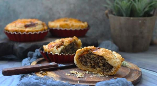Мини-пироги с печеными баклажанами, фаршем и кедровыми орешками
