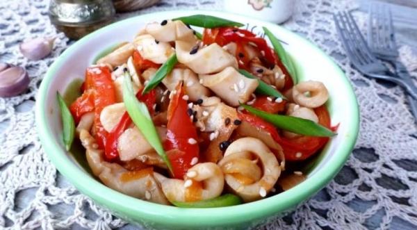 Острая закуска из кальмаров и овощей