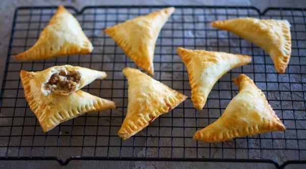 Слоеные пирожки с бараниной, мятой и кедровыми орехами