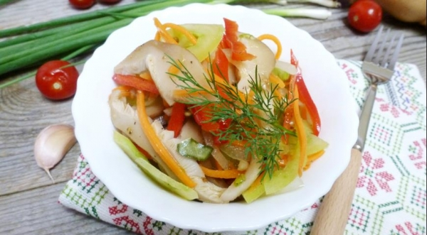 Острый салат-закуска с зелеными помидорами и груздями