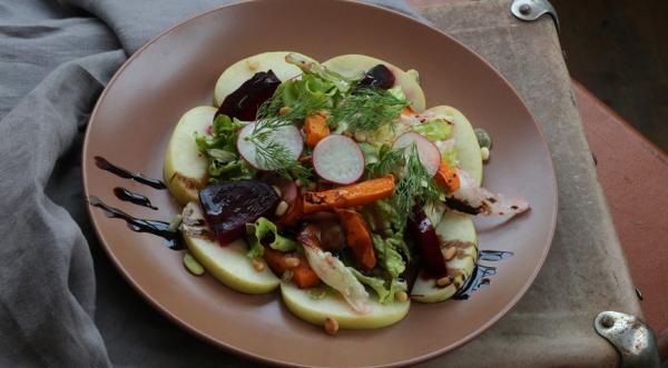 Салат с печеной свеклой и мочеными яблоками