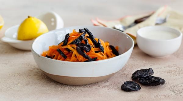 Салат из моркови с черносливом