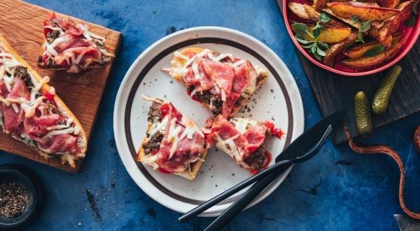 Пицца с ветчиной и грибами на французском багете