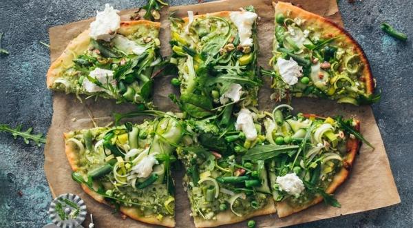 Пицца Три сыра с зеленым салатом
