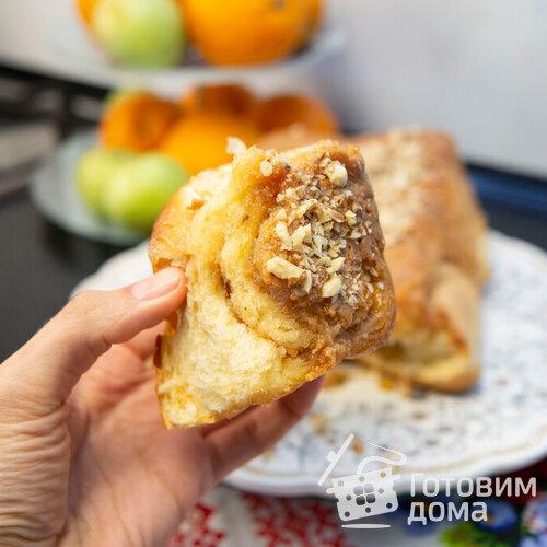 Булочки с грецкими орехами под карамельным соусом