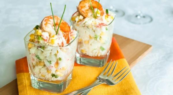 Салат с рисом, кукурузой и крабовыми палочками