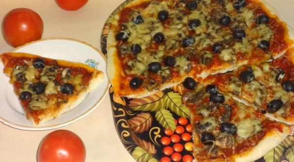 Пицца с шампиньонами и оливками
