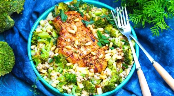 Теплый салат с курицей, кабачками, брокколи и перловкой