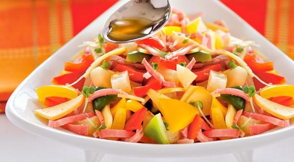Салат из трех перцев с окороком и сыром